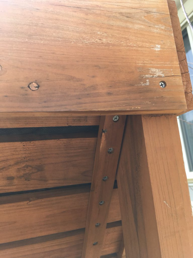 千葉県柏市船戸の木棚に蜂の巣
